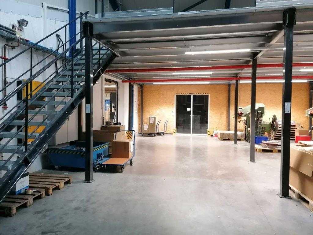 Lagerbühne über einer Produktion